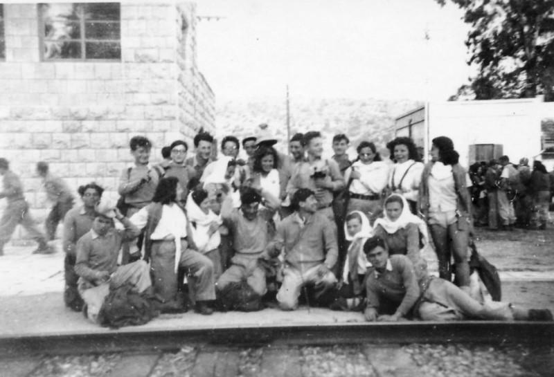 תמונה 7- 102 - יסעור - מסע גדנע - בתחנת הרכבת בבנימינה 1949