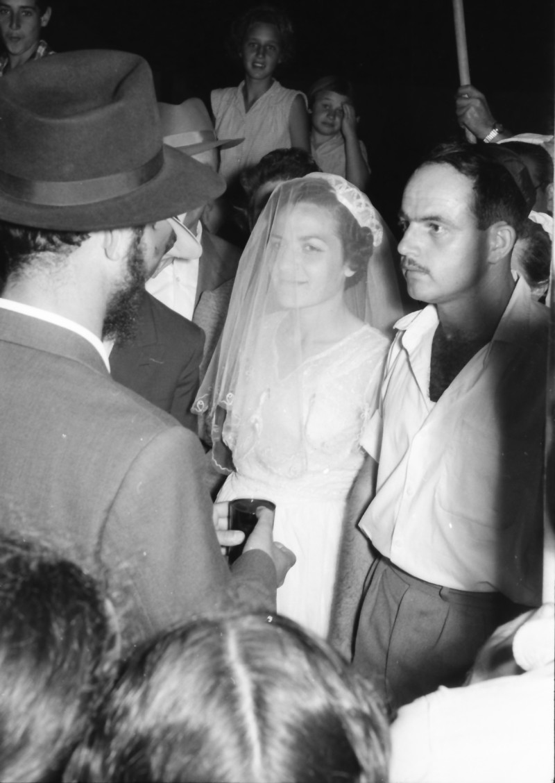 תמונה 7- 1210 -ג'ש 1960-5-בחתונה של איציק מילר (יסעור) ורחל-מאחור-יהודית כץ