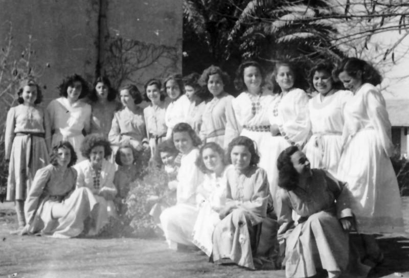 תמונה 8- 192 - בנות יסעור ושבלים בתלבושת חג הביכורים - שנות ה-50