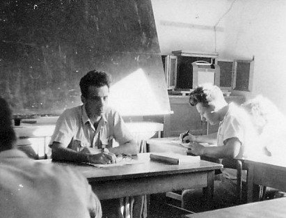 תמונה 8- 321 - בניו גרינבוים בכיתה עם שמואל קרול (יסעור) - שנות ה-50