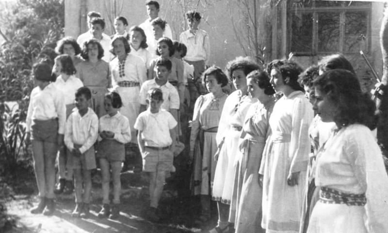 תמונה 10- 403 - ביכורים שנות ה-50 - בנות שבולים ויסעור עדנב לנדסמן יגאל עופר