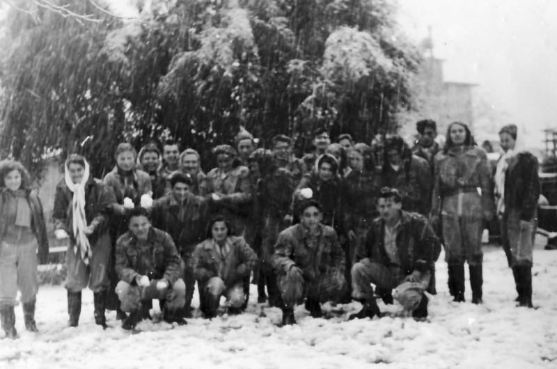 תמונה 11- 180 - שלג בגן-שמואל 1950 - יסעור שבלים מרים רז רומק אברשה צלינה