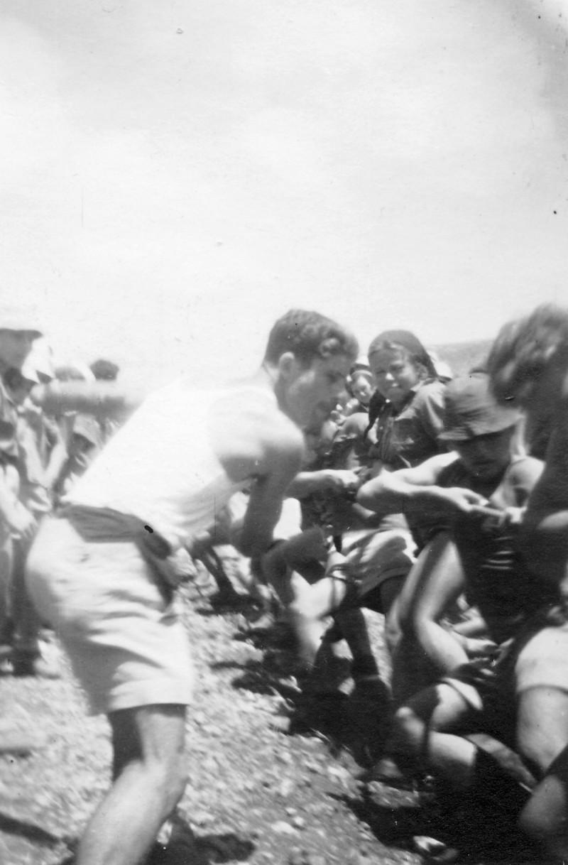תמונה 12 -946 -ג'ש 1948-52-קב' יסעור-תחרות משיכת חבל-שלמה הניג