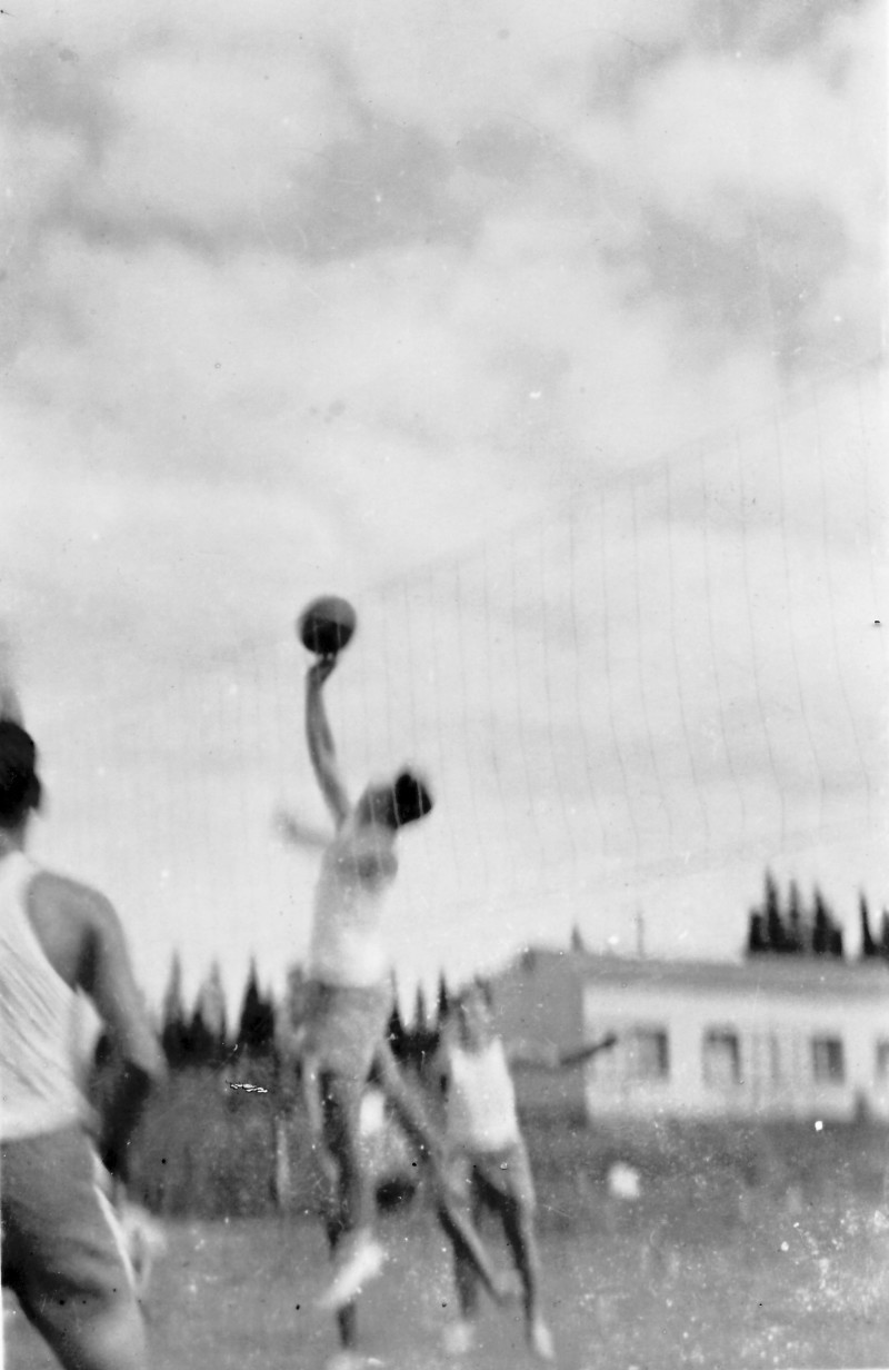 תמונה 13 -946 -ג'ש 1948-52-קב' יסעור-משחקים כדורעף-ברקע-צריפי שכונת הכרם