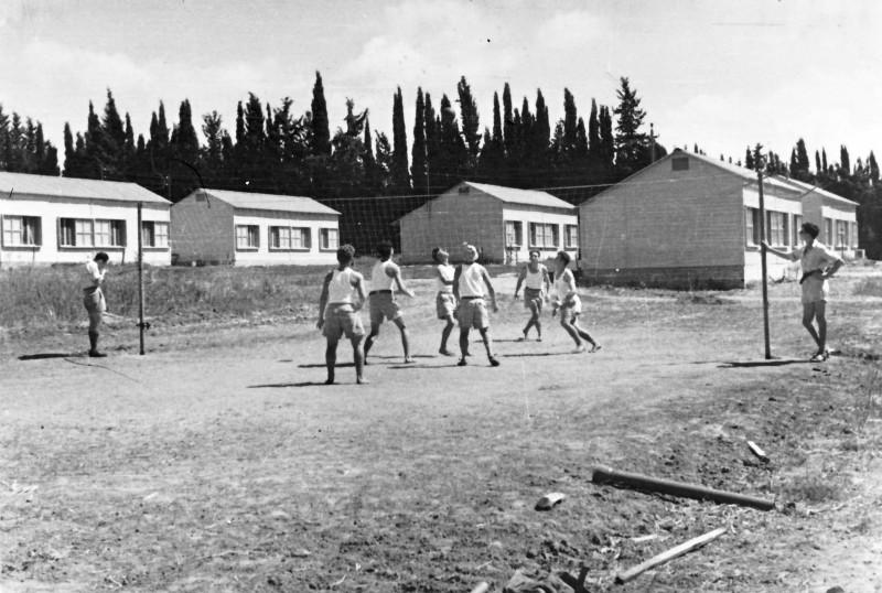 תמונה 14 -946 -ג'ש 1948-52-קב' יסעור-משחקים כדורעף-ברקע-צריפי שכונת הכרם