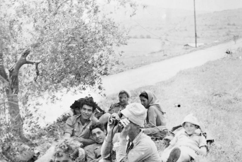 תמונה 14- 983 -ג'ש 1952-בטיול לגליל-יגאל עופר נדב מרון מיקה טשרניקר גיורא אילני תלמה יסעור חזקי רימון