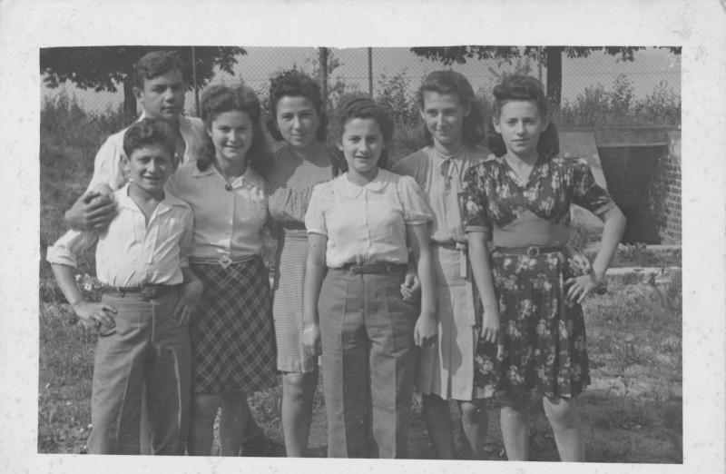 תמונה 16- 1435-ג'ש 1953-7-ראשונות בנות יסעור-באמצע-לנה