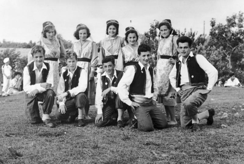 תמונה 22 -946 -ג'ש 1948-52-קב' יסעור ושבלים-רקודי עמים בדשא ליד חדר האכל-סטפה מיכצ'ה סדק אורה קנז-גרף לנה דן פרנק סמק ערמון מרק איציק מילר