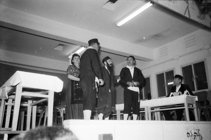 תמונה 25- 815 -ג'ש 1959-פורים-יינוש פריש מנחם פרויליף צביקה יסעור יוה אלון