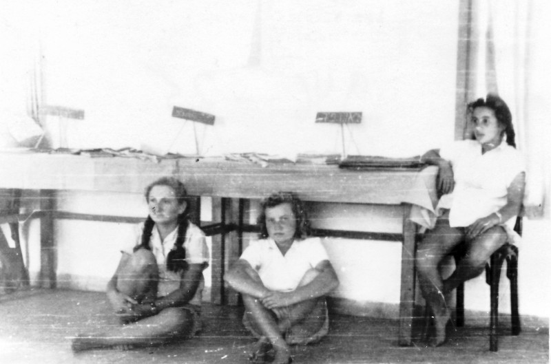 תמונה 25 -946 -ג'ש 1948-52-קב' יסעור-בכיתה-שלומית זכאי (שבלים) ענת הרפז לנה
