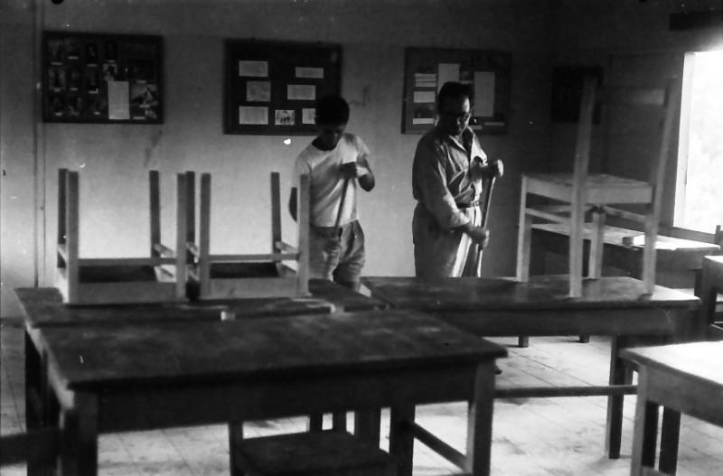תמונה 1- 611 -ג'ש 1955-קב' ארז-ניקוי הכיתה-יהודה ניר-המורה