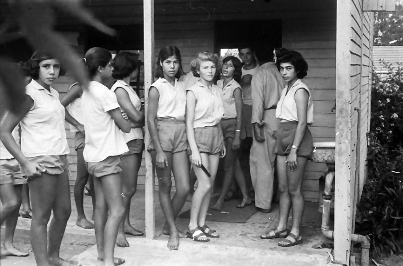 תמונה 2- 611 -ג'ש 1955-בנות קב' ארז בכניסה לכיתה-רינה