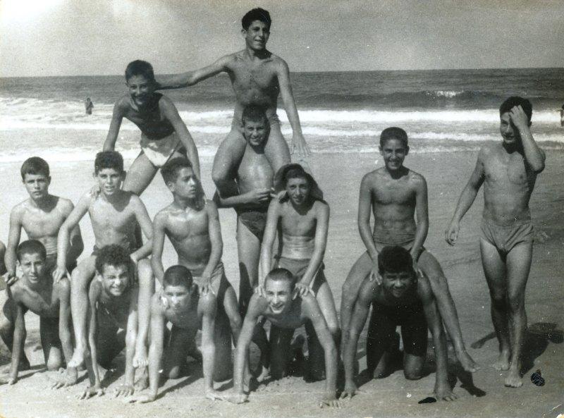 תמונה 3- 908 -ג'ש 1955-קב' ארז-בני ארז בים עם קובי-אביגדור ברנוביץ