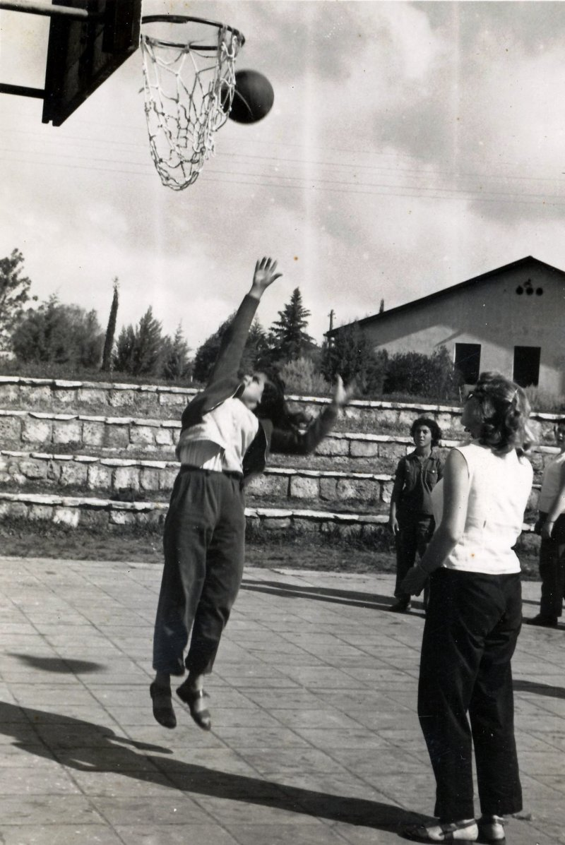 תמונה 4- 908 -ג'ש 1957-קב' ארז-אלה צפורה אסתר שמיע המגרש הכדורסל