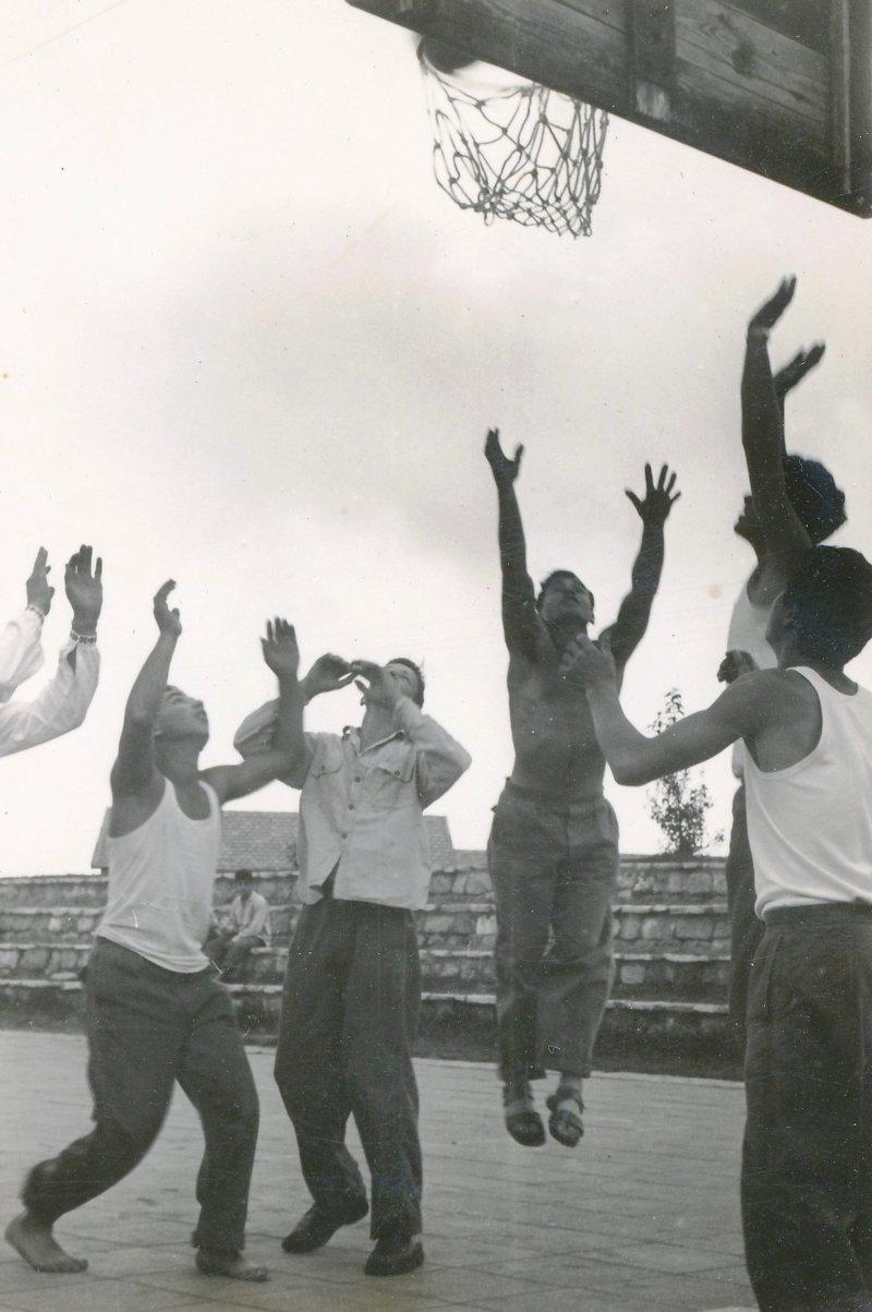 תמונה 5- 908 -ג'ש 1957-בני קב' ארז-במגרש הכדורסל