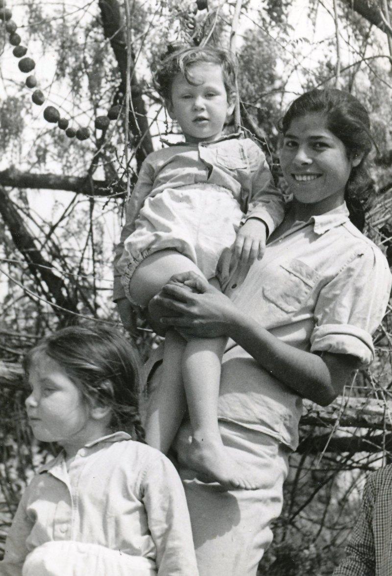 תמונה 6- 908 -ג'ש 1957-קב' ארז-רינה שרעבי-סלינגרה והפעוטים-מיכל יבנין דפנה שחור