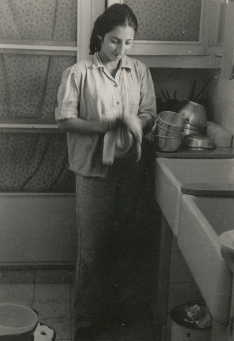 תמונה 7- 908 -ג'ש 1957-קב' ארז-אסתר דווידזון עובדת בפעוטון