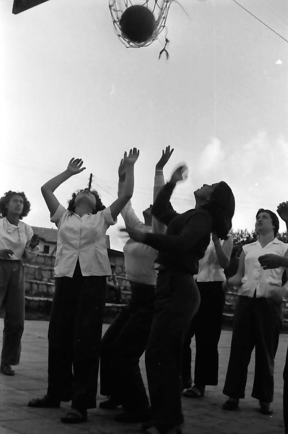 תמונה 8- 646 - ג'ש 1957-קב' ארז במגרש כדורסל-יעל טל נורית