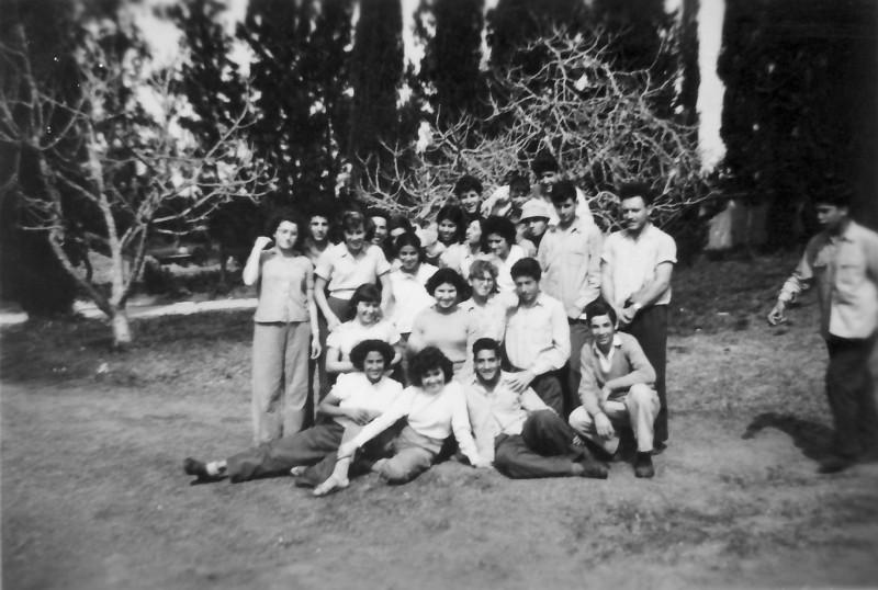 תמונה 11- 908 -ג'ש 1956-קב' ארז ליד המועדון