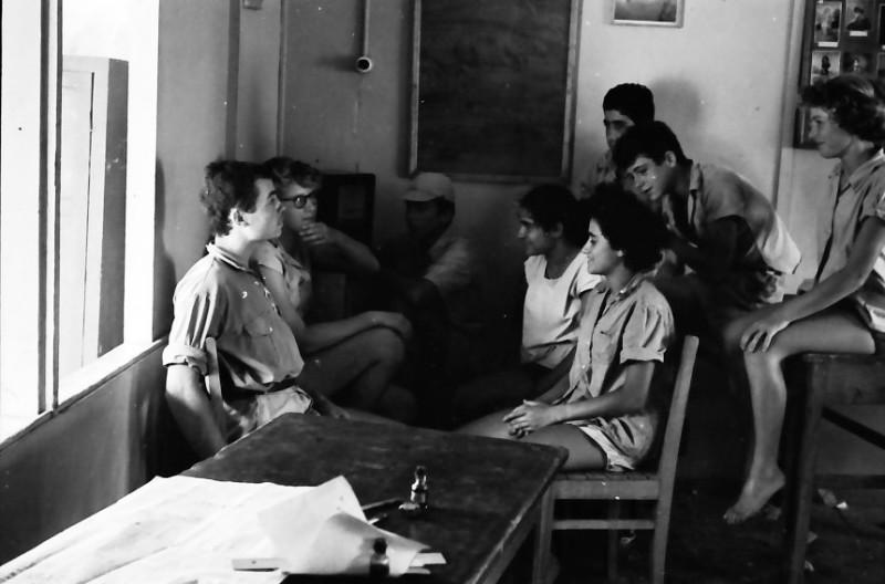 תמונה 13- 611 -ג'ש 1955-קב' ארז-בכיתה ליד הרדיו