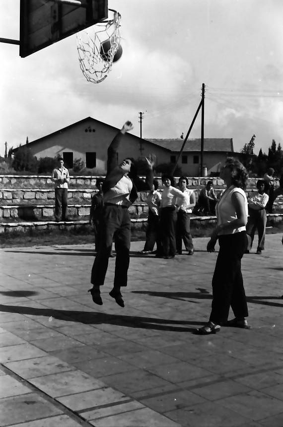 תמונה 14- 646 - ג'ש 1957-קב' ארז במגרש כדורסל