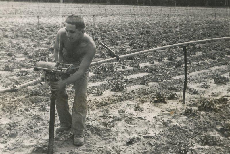 תמונה 14- 908 -ג'ש 1957-קב' ארז-אשר אביב מטפל במתקן השקייה סקינר בגן הירק