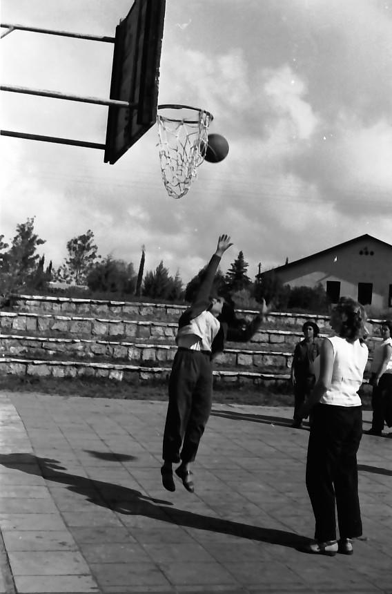 תמונה 16- 646 - ג'ש 1957-קב' ארז במגרש כדורסל