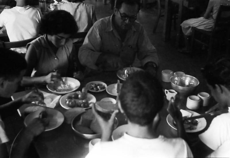 תמונה 19- 611 -ג'ש 1955-קב' ארז-בחדר אכל מוסד-יהודה ניר המורה