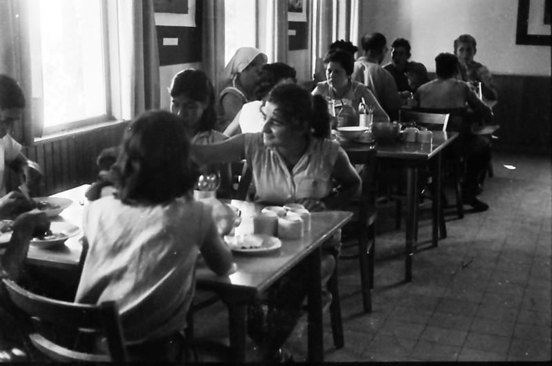 תמונה 20- 611 -ג'ש 1955-קב' ארז-בחדר אכל מוסד
