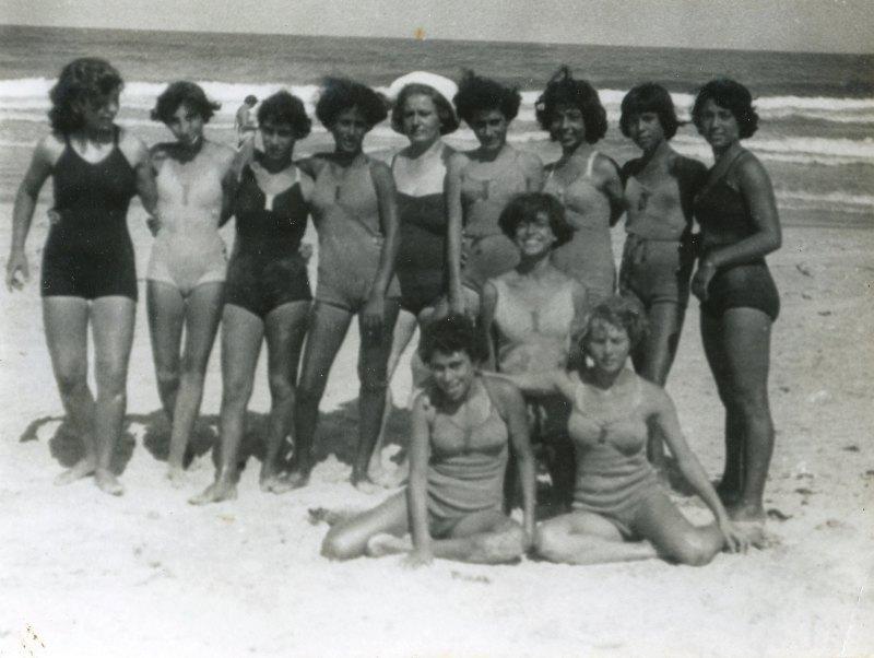 תמונה 22- 908 -ג'ש 1957-קב' ארז-בנות ארז בים