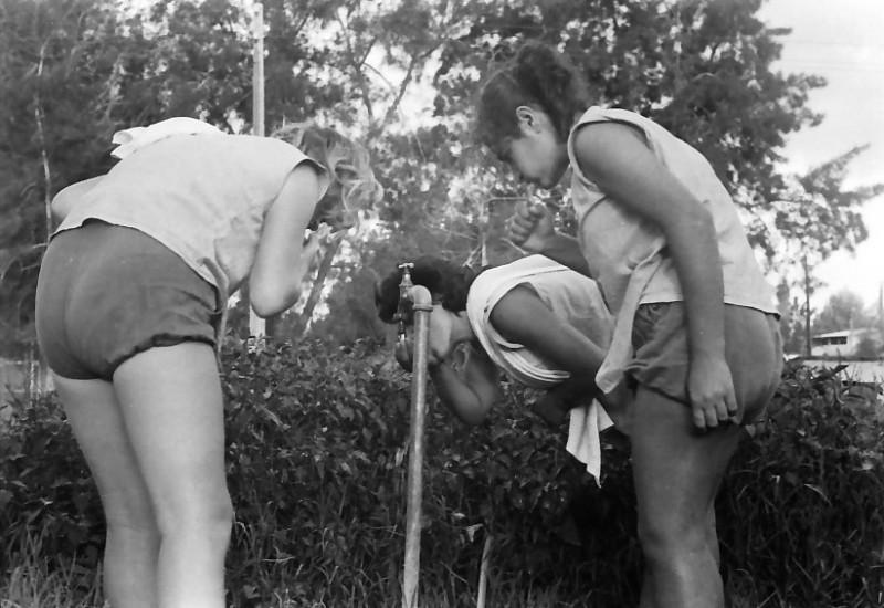 תמונה 35- 611 -ג'ש 1955-רחצת בוקר ליד הברז בחוץ