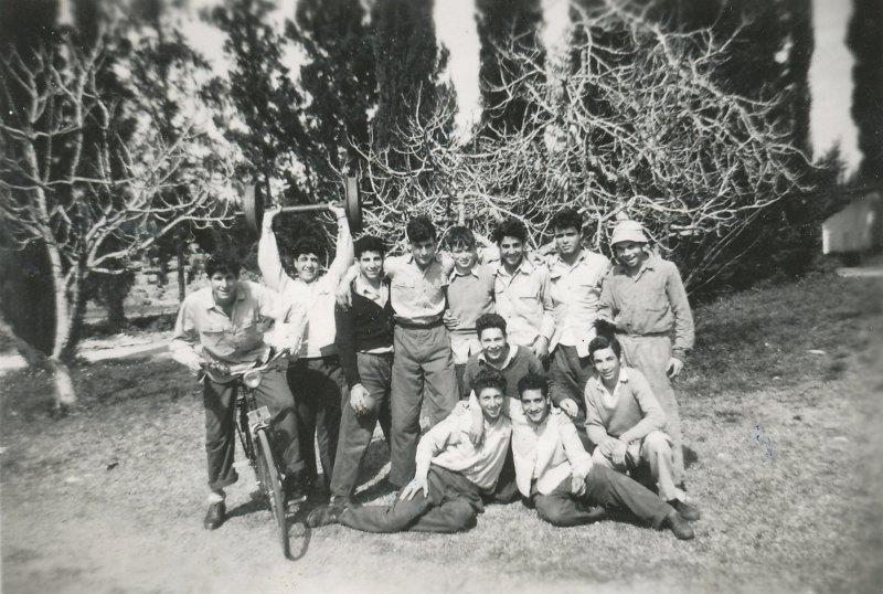 תמונה 51- 908 -ג'ש 1956-בני קב' ארז ליד המועדון