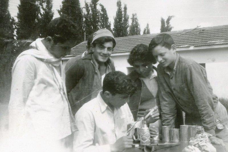 תמונה 53- 908 -ג'ש 1957-קב' ארז-חותמים בקבוקי חול צבעוני שהביאו מסיני
