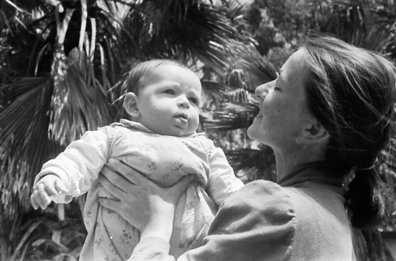 תמונה 5- 467 -גן-שמואל 1956-לאה קב' ניצנים עם תינוקה