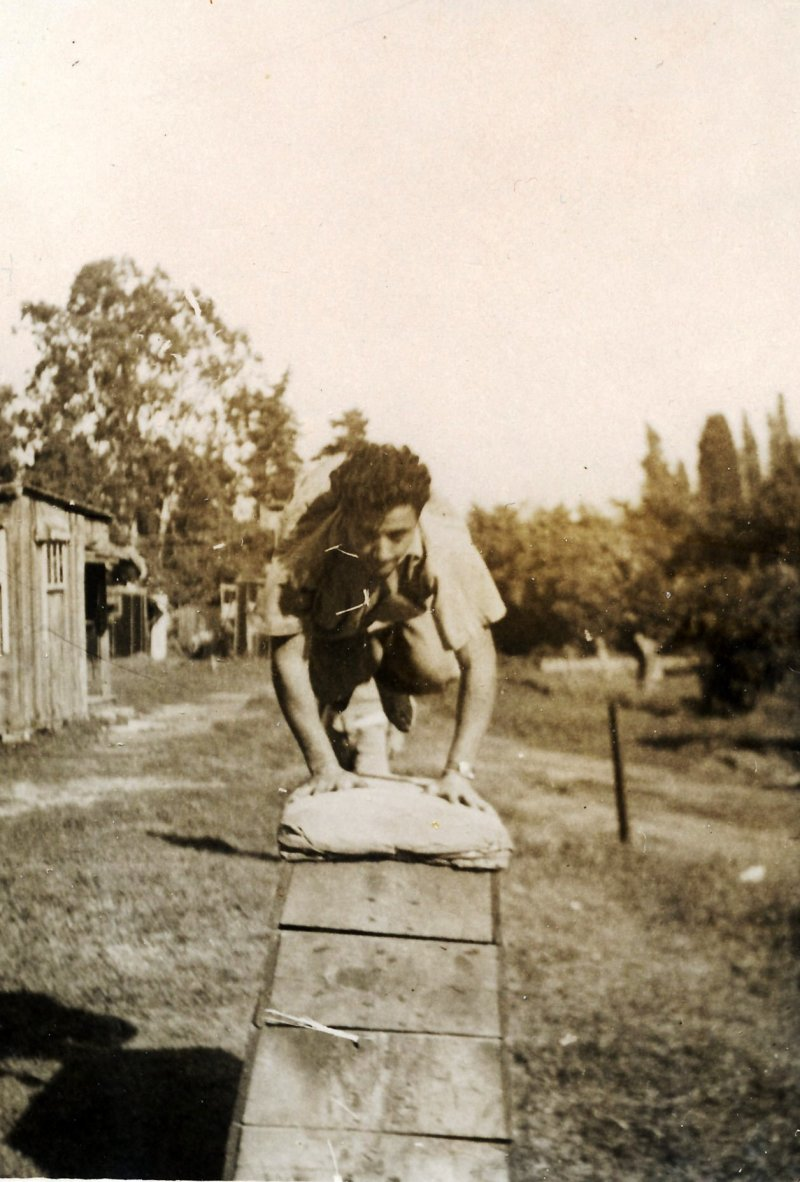 תמונה 29 - 120 -ג'ש 1954-8-יוסף טל קב' ניצנים קופץ על סוס קפיצה