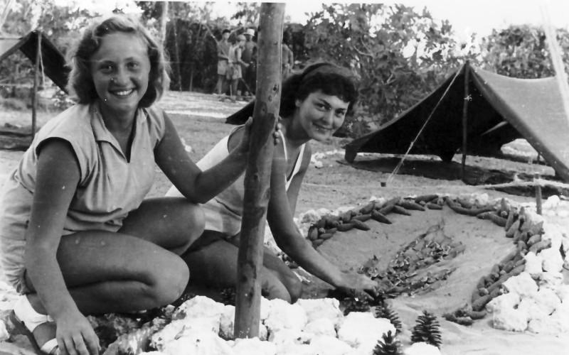 תמונה 3- 336 - בנות קבוצת שלהבת - דורית וינר שנספתה בתאונת דרכים בינואר 1953 והילה - שנות ה-50