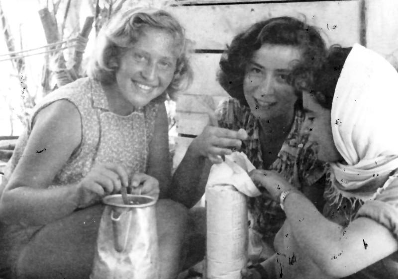 תמונה 4- 336 - בנות קבוצת שלהבת - דורית וינר ונספתה סתאונת דרכים בינואר 53 - שנות ה-50