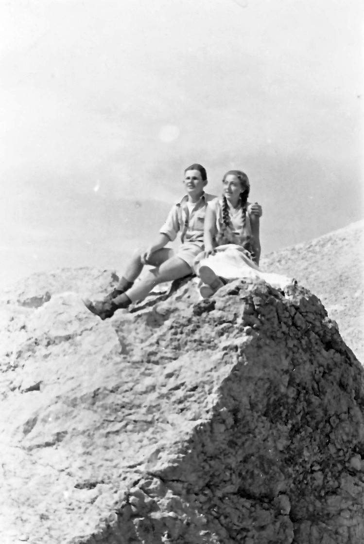 תמונה 6- 336 - אלכס ואילנה מקבוצת שלהבת בטיול למצוק ארבל - שנות ה-50