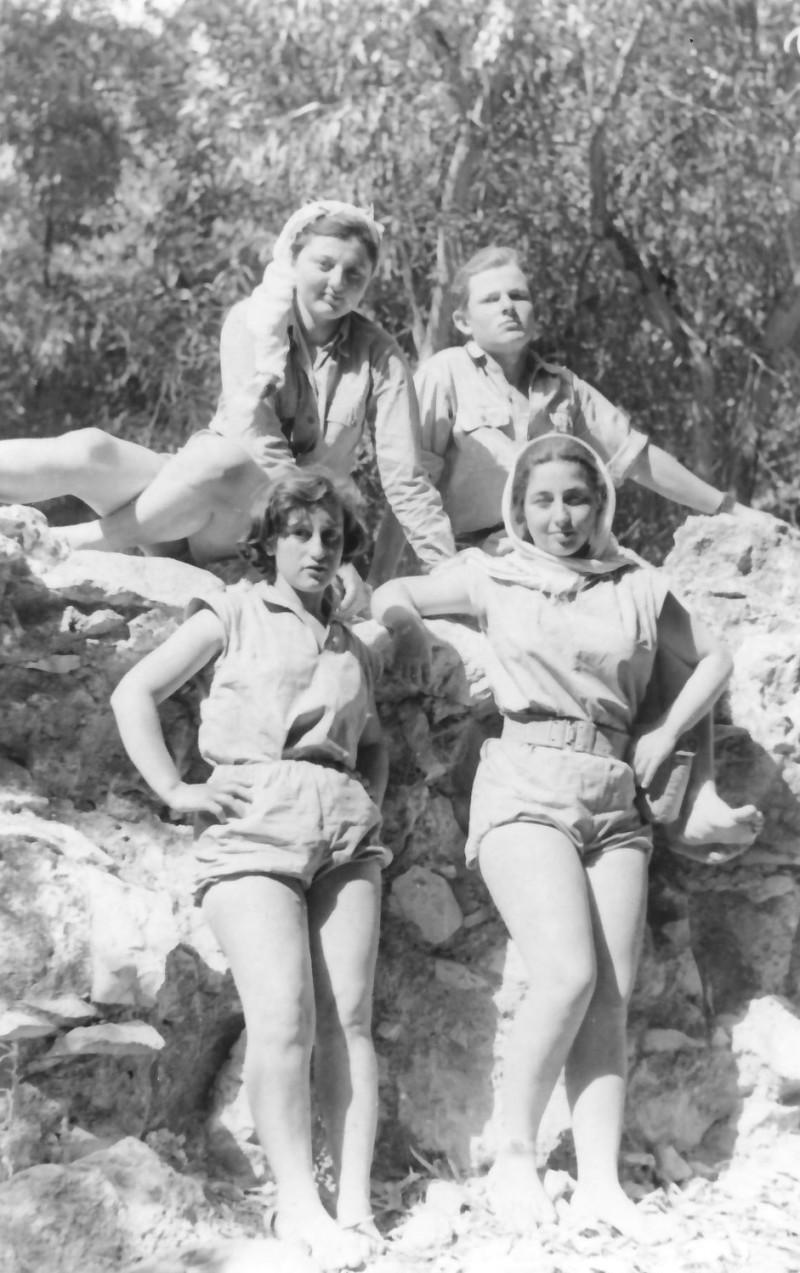 תמונה 9- 336 - בנות מקבוצת שלהבת בטיול שנות ה-50