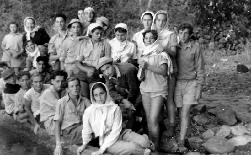 תמונה 11- 335 - קבוצת שלהבת בטיול - אילנה אלכס הילה מיכל - שנות ה-50