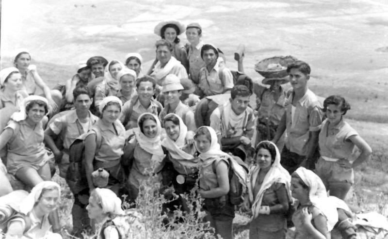 תמונה 13- 335 - קבוצת שלהבת בטיול - אהרון לויטה מלווה - שנות ה-50