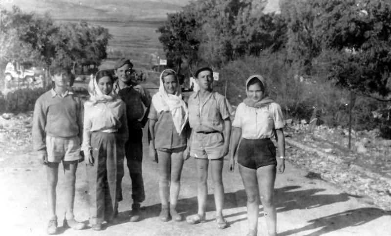 תמונה 14- 335 - חלק מחברי קבוצת שלהבת בטיול - שנות ה-50