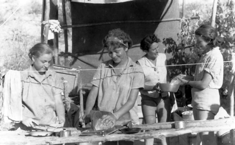 תמונה 15- 335 - קבוצת שלהבת - הילה מיכל ונוספות במחנה שומרי - שנות ה-50