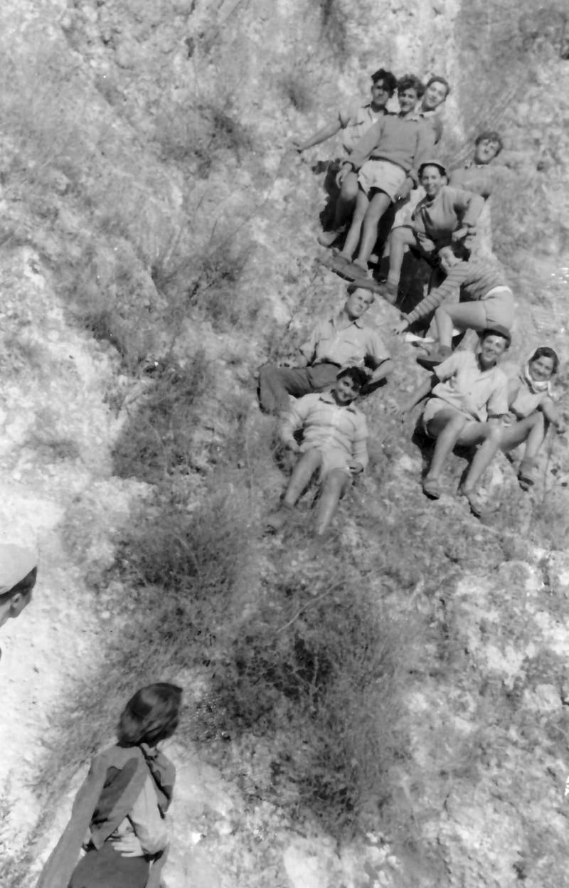 תמונה 16- 336 - קבוצת שלהבת בטיול שנות ה-50 - העליה לארבל