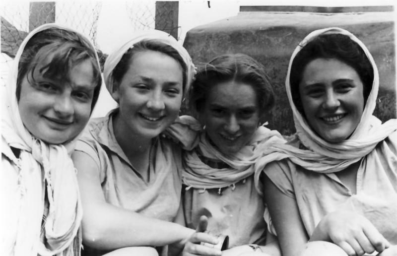 תמונה 17- 336 - בנות קבוצת שלהבת היפות - מיכל ונוספות שנות ה-50