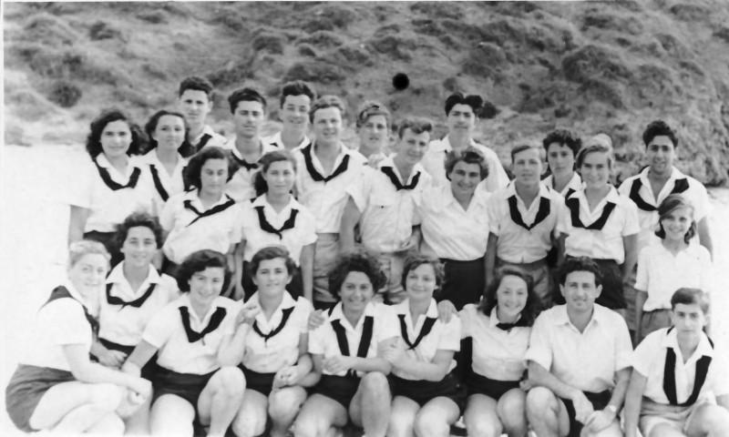 תמונה 18- 335 - קבוצת שלהבת עם מוריהם לאה בנאור ומתתיהו מינץ לאחר קבלת סמלי בוגרים - שנות ה-50