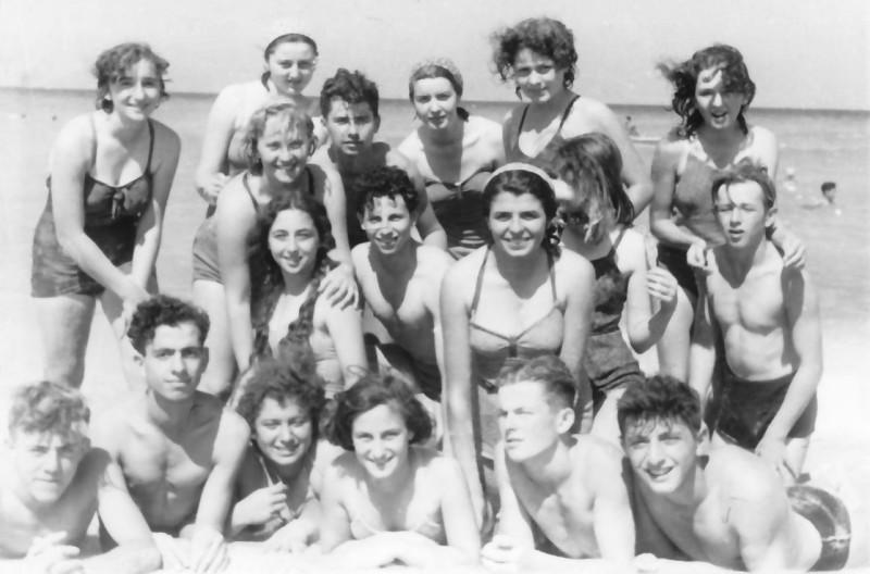 תמונה 19- 335 - קבוצת שלהבת בים - מימין אליעזר ומרים כץ - היום בברעם - שנות ה-50