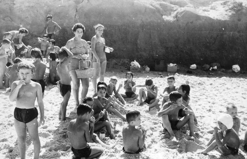 תמונה 11- 265 - טרודל פלג ולאה ניצנים עם ילדים בשפת הים - שנות ה-50