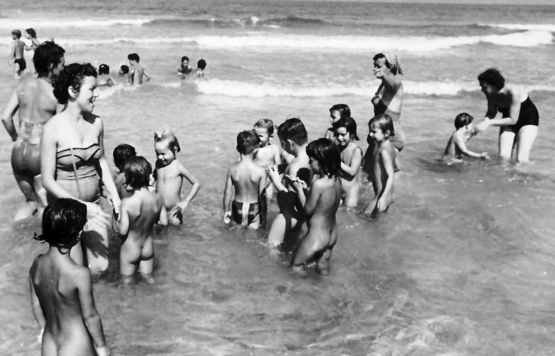 תמונה 4- 245 - מרים רז ולאה רוגל (ניצנים) עם ילדי גן בים - שנות ה-50