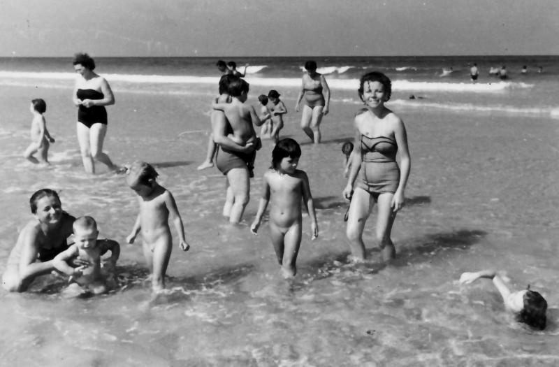 תמונה 5- 245 - מרים רז ולאה רוגל (ניצנים) עם ילדי גן בים - שנות ה-50